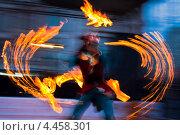 Купить «Девушка в маске выступает на фаер-шоу», фото № 4458301, снято 16 марта 2013 г. (c) Victoria Demidova / Фотобанк Лори
