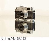 Старый советский дальномерный фотоаппарат на белом фоне. Стоковое фото, фотограф Александр Дубровский / Фотобанк Лори