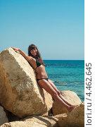 Купить «Девушка на камнях на фоне моря», фото № 4462645, снято 21 сентября 2010 г. (c) Кекяляйнен Андрей / Фотобанк Лори
