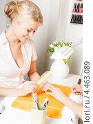Купить «Молодая женщина во время маникюра в салоне красоты», фото № 4463089, снято 9 июня 2012 г. (c) Syda Productions / Фотобанк Лори