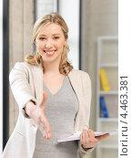 Купить «Привлекательная деловая женщина с документами в руках в офисе», фото № 4463381, снято 17 июня 2012 г. (c) Syda Productions / Фотобанк Лори