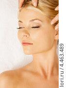 Красивая девушка на сеансе массажа лица в салоне красоты. Стоковое фото, фотограф Syda Productions / Фотобанк Лори