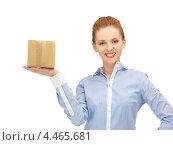 Купить «Привлекательная деловая женщина с картонной коробкой», фото № 4465681, снято 10 апреля 2012 г. (c) Syda Productions / Фотобанк Лори