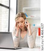Уставшая офисная сотрудница с мобильным телефоном в кабинете. Стоковое фото, фотограф Syda Productions / Фотобанк Лори