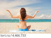 Купить «Счастливая девушка в голубом бикини сидит на песке на морском берегу», фото № 4466733, снято 21 июля 2012 г. (c) Syda Productions / Фотобанк Лори