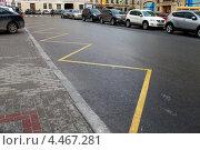 Желтая разметка на асфальте для остановки маршрутного транспорта, эксклюзивное фото № 4467281, снято 2 апреля 2013 г. (c) Яна Королёва / Фотобанк Лори