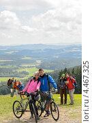 Купить «Влюбленная пара велосипедистов», фото № 4467325, снято 12 августа 2012 г. (c) CandyBox Images / Фотобанк Лори
