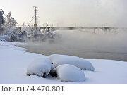 Купить «Корабли на реке, покрытые инеем и окутанные туманом», фото № 4470801, снято 18 декабря 2012 г. (c) Игорь Криволуцкий / Фотобанк Лори