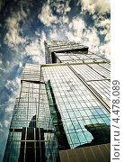 Купить «Стеклянный угловатый небоскрёб на фоне неба», фото № 4478089, снято 28 сентября 2012 г. (c) Екатерина Шелыганова / Фотобанк Лори