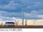 Купить «Ветроэлектростанция возле дома в поле. Wind power plant near the house in the field.», фото № 4481965, снято 6 апреля 2013 г. (c) Олег Голиков / Фотобанк Лори
