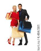 Купить «Счастливая молодая пара с покупками в многочисленных пакетах», фото № 4484581, снято 7 октября 2012 г. (c) Syda Productions / Фотобанк Лори