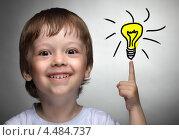 Купить «Есть идея! Улыбающийся мальчик показывает пальцем вверх», фото № 4484737, снято 6 мая 2012 г. (c) Чепко Данил / Фотобанк Лори