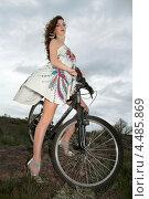 Купить «Девушка в коротком белом платье на велосипеде на фоне облачного неба», фото № 4485869, снято 22 апреля 2012 г. (c) Сергей Сухоруков / Фотобанк Лори
