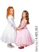 Купить «Две нарядные девочки держатся за руки», фото № 4485961, снято 23 апреля 2012 г. (c) Сергей Сухоруков / Фотобанк Лори