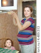 Купить «Беременная женщина с дочкой на кухне», фото № 4489513, снято 9 августа 2012 г. (c) Яков Филимонов / Фотобанк Лори