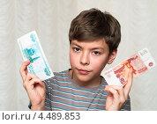 Купить «Недовольный мальчик-подросток с деньгами в руках», эксклюзивное фото № 4489853, снято 7 апреля 2013 г. (c) Игорь Низов / Фотобанк Лори