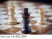 Деревянные шахматы в углу доски. Стоковое фото, фотограф Георгий Курятов / Фотобанк Лори