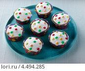 Купить «Кексы с белой глазурью и разноцветной посыпкой», фото № 4494285, снято 21 октября 2018 г. (c) Food And Drink Photos / Фотобанк Лори