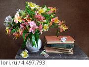 Купить «Натюрморт с цветами и книгами», фото № 4497793, снято 11 апреля 2013 г. (c) Julia Ovchinnikova / Фотобанк Лори
