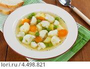 Купить «Овощной суп из цветной капусты с зеленым горошком. Вегетарианское блюдо», фото № 4498821, снято 11 апреля 2013 г. (c) Надежда Мишкова / Фотобанк Лори