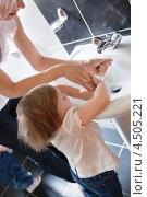 Купить «Мама помогает маленькой девочке вымыть руки», фото № 4505221, снято 5 июня 2010 г. (c) Wavebreak Media / Фотобанк Лори