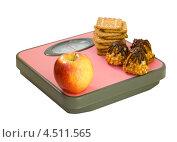 Купить «Яблоко и печенье на напольных весах», фото № 4511565, снято 13 апреля 2013 г. (c) Инна Грязнова / Фотобанк Лори