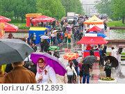Купить «Люди в День Победы на Поклонной горе», эксклюзивное фото № 4512893, снято 9 мая 2012 г. (c) Алёшина Оксана / Фотобанк Лори