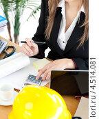Купить «Архитектор производит расчеты в офисе», фото № 4514081, снято 10 мая 2010 г. (c) Wavebreak Media / Фотобанк Лори