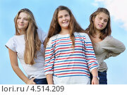 Купить «Улыбающиеся девочки подростки на фоне неба», фото № 4514209, снято 25 августа 2011 г. (c) Losevsky Pavel / Фотобанк Лори