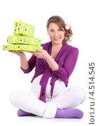 Купить «Беременная девушка сидит на полу и держит в руках зеленые подарочные коробки», фото № 4514545, снято 6 февраля 2012 г. (c) Losevsky Pavel / Фотобанк Лори