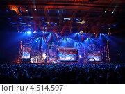 Сцена с большим экраном во время концерта легенды RetroFM в спортивный комплекс «Олимпийский», 17 декабря 2011 года в Москве, Россия. Редакционное фото, фотограф Losevsky Pavel / Фотобанк Лори