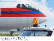 Купить «Проблесковый маячок на крыше служебного автомобиля в аэропорту Домодедово», фото № 4515113, снято 1 сентября 2011 г. (c) Losevsky Pavel / Фотобанк Лори