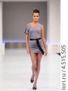 Купить «Модель в сером платье на подиуме», фото № 4515505, снято 7 сентября 2011 г. (c) Losevsky Pavel / Фотобанк Лори
