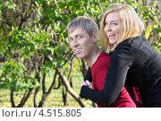 Купить «Счастливая молодая пара в осеннем парке», фото № 4515805, снято 30 октября 2011 г. (c) Losevsky Pavel / Фотобанк Лори