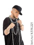 Мужчина в чёрной футболке и кепке с цепями на шее. Стоковое фото, фотограф Losevsky Pavel / Фотобанк Лори