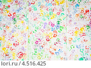 Купить «Стена с цветными отпечатками ладоней», фото № 4516425, снято 22 сентября 2011 г. (c) Losevsky Pavel / Фотобанк Лори