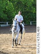 Купить «Жокей в очках с хлыстом на лошади на ипподроме», фото № 4516469, снято 10 июня 2011 г. (c) Losevsky Pavel / Фотобанк Лори