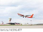 Купить «Взлетающий пассажирский самолет в аэропорту Шерметьево», фото № 4516477, снято 22 сентября 2011 г. (c) Losevsky Pavel / Фотобанк Лори