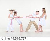 Купить «Четыре ребенка играют в перетягивание веревки», фото № 4516757, снято 29 февраля 2012 г. (c) Losevsky Pavel / Фотобанк Лори
