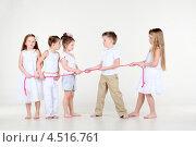 Купить «Пятеро детей перетягивают розовую веревку», фото № 4516761, снято 29 февраля 2012 г. (c) Losevsky Pavel / Фотобанк Лори