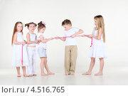 Купить «Пятеро детей перетягивают розовую веревку», фото № 4516765, снято 29 февраля 2012 г. (c) Losevsky Pavel / Фотобанк Лори
