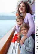 Купить «Счастливая молодая женщина с двумя детьми стоит на палубе корабля», фото № 4517085, снято 26 июля 2011 г. (c) Losevsky Pavel / Фотобанк Лори