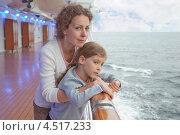 Мама с дочкой на палубе корабля в сумерках. Стоковое фото, фотограф Losevsky Pavel / Фотобанк Лори