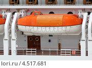 Купить «Оранжевый шлюпки установлены на  палубе пассажирского лайнера», фото № 4517681, снято 30 июля 2011 г. (c) Losevsky Pavel / Фотобанк Лори