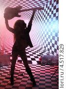 Купить «Силуэт девушки с электрогитарой в студии», фото № 4517829, снято 10 декабря 2011 г. (c) Losevsky Pavel / Фотобанк Лори