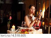 Купить «Привлекательная женщина смотрится в зеркальце и поправляет макияж, сидя за столиком в ресторане», фото № 4518605, снято 2 февраля 2012 г. (c) Losevsky Pavel / Фотобанк Лори