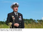 Купить «Пожилой мужчина с орденами на поле», фото № 4518693, снято 5 июля 2011 г. (c) Losevsky Pavel / Фотобанк Лори
