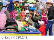 Купить «Торговля головными уборами, париками, сувенирами», эксклюзивное фото № 4520249, снято 9 мая 2012 г. (c) Алёшина Оксана / Фотобанк Лори