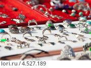 Купить «Кольца на витрине  магазина», фото № 4527189, снято 15 сентября 2012 г. (c) Яков Филимонов / Фотобанк Лори
