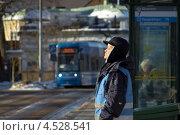 Человек подставил лицо солнцу зимой в Стокгольме (2013 год). Редакционное фото, фотограф Наталья Глазкова / Фотобанк Лори